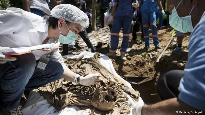يتعرض اللاجئون يومياً للترهيب والعنف والتعذيب والاغتصاب لحد الموت في المخيمات. ومؤخرا أُكتشفت في أدغال جنوب تايلاند مقبرة لأكثر من ثلاثين جثة يبدو أنها للروهينغا.