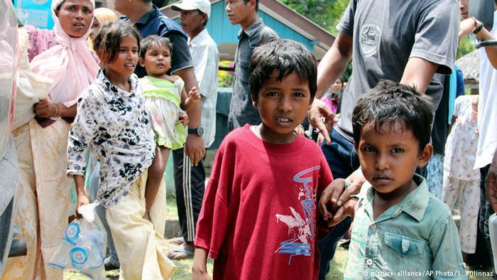 العديد من اللاجئين الروهينغا لا يريدون الهجرة إلى تايلاند بسبب ظروف المعيشة غير الإنسانية هناك. وحسب جمعية الدفاع عن الشعوب المهددة، فالذين هاجروا إلى بنغلادش تم اختطافهم.