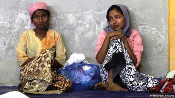 """يعد الروهينغا في ميانمار بمثابة """"مهاجرين غير شرعيين"""" من بنغلادش، وهو البلد الذي يتعرضون فيه أيضاً للتمييز. ويتم في الغالب حرمانهم من الجنسية البنغلادشية."""