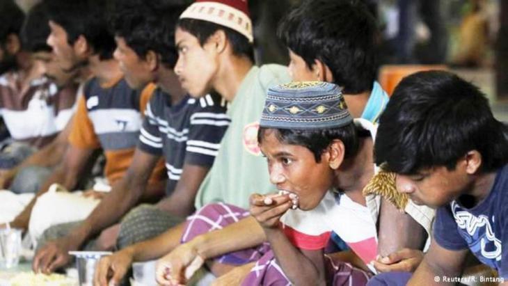 وفقا لمنظمات حقوق الإنسان، فإن حوالي ستة آلاف لاجئ علقوا في البحر. وقالت السلطات الإندونيسية إن مهربين تركوا بعض اللاجئين يواجهون مصيرهم قبالة السواحل.