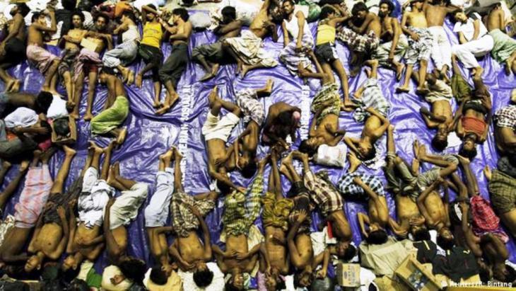 لاجئون يأخذون قسطاً من الراحة بعد رحلة متعبة: حاول آلاف اللاجئين الوصول من بنغلادش إلى ماليزيا وأندونيسيا هرباً من الفقر، خصاصةً الروهينغا المسلمين الذين فرّوا من بورما (ميانمار) وتعتبرهم الأمم المتحدة من بين الإثنيات الذين تمارس في حقهم أكثر الأعمال اضطهاداً في العالم.