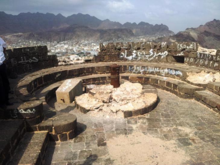 صورة داخلية لقلعة صيرة-عدن. قبل القصف. Sira Fortress is a military site in Aden, Yemen. Photo: Amida Sholan