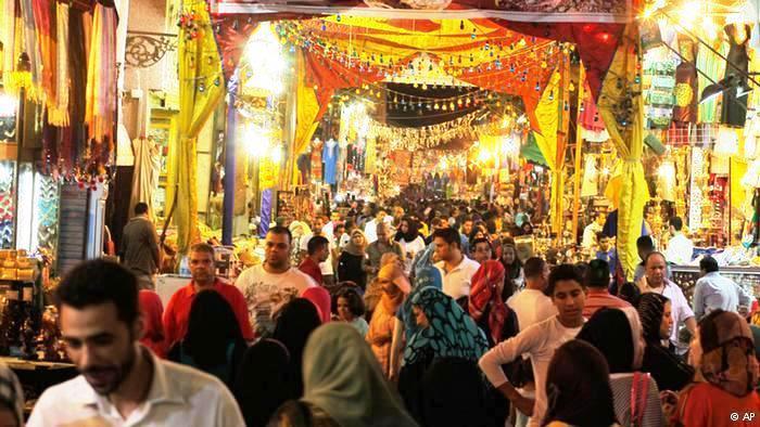 في رمضان تكتظ الأسواق المصرية الشعبية بالرواد، وخاصة في الأحياء القديمة مثل حي الحسين الشهير في القاهرة.