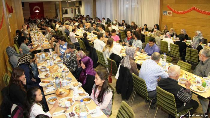 في ألمانيا يحتفل المسلمون في رمضان من خلال موائد إفطار جماعية تقام عادة في المساجد. ويقدر عددهم بنحو أربعة ملايين معظمهم من أصول تركية.