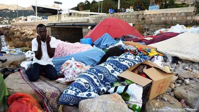 يقضي هؤلاء اللاجئون القادمون من إفريقيا أول شهر رمضان بعيدا عن بلدانهم. لقد عانوا الكثير حتى وصلوا للسواحل الأوروبية، ومازال أغلبهم دون مأوى.