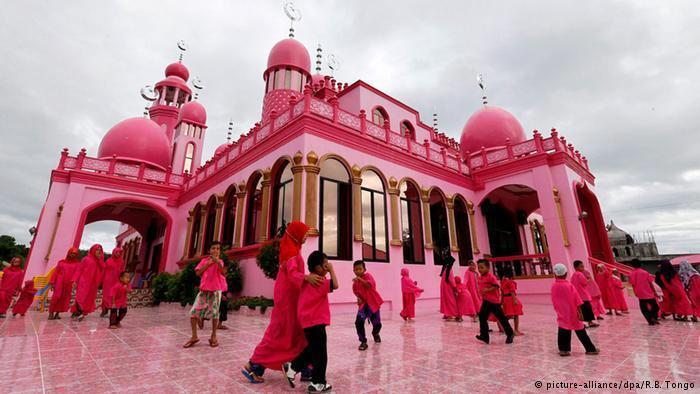 أطفال أمام المسجد الوردي في منطقة ماغوييندانايو في جنوب الفلبين. هم انتهوا للتو من درس اللغة العربية في أحد أيام شهر رمضان.