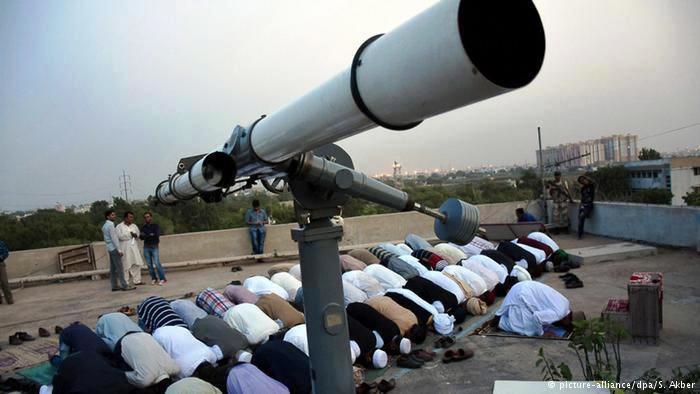 يعتمد المسلمون على رؤية الهلال في تحديد أول أيام رمضان ونهاية رمضان وفي ساعات صيامهم وإفطارهم.