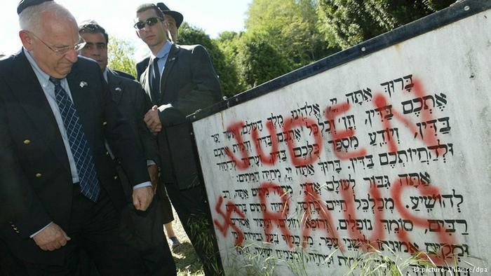 حتى المقابر اليهودية لم تسلم من اعتداءات بعض المتطرفين إما بدافع العنصرية أو بدافع معاداة السامية.