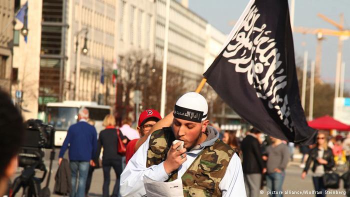"""دقت الاستخبارات الألمانية أجراس الخطر حول ارتفاع عدد السلفيين """"المتطرفين"""" في ولاية هامبورغ خلال عام واحد من 70 إلى 270 عنصر، منهم ستون التحقوا بـ """"تنظيمات إرهابية"""" في سوريا."""