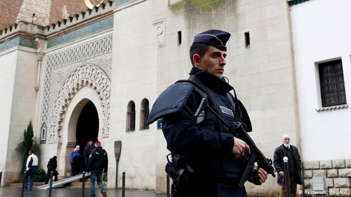 ولكن مساجد المسلمين بدورها تعرضت أيضا للاعتداء بالحرق وتهشيم النوافذ وحتى لهجوم بالمتفجرات.