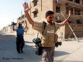 """حال الصحافة في العراق (المركز 158)، وليبيا (164)، واليمن (170)، ليست أحسن من سوريا بسبب الحروب القائمة في تلك الدولة ما يجعل مهنة الصحافة فيها """"عملا بطوليا"""" حسب التقرير."""