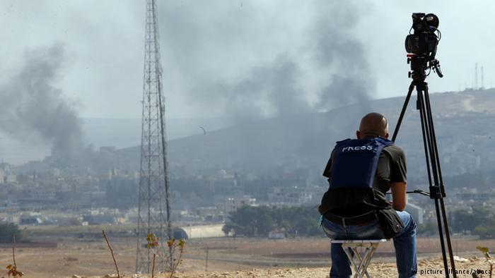 """صنف تقرير منظمة مراسلون بلا حدود سوريا في المركز 177 عالمياً بسبب الأوضاع المأساوية منذ حوالي خمس سنوات. وبسبب الصراعات بين الفصائل ونفوذ """"داعش"""" يتم تقييد وسائل الإعلام أو حظرها بشكل كامل."""