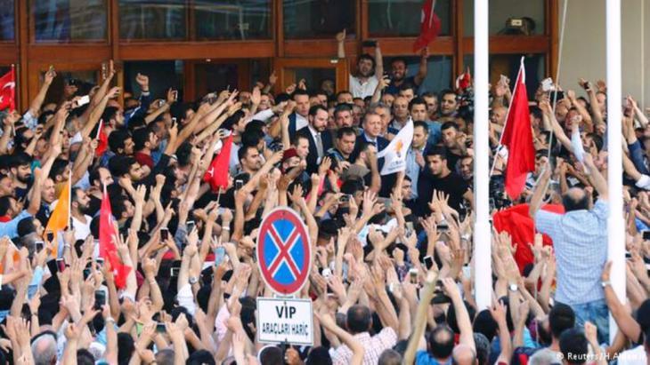 حزب اردغان الإسلامي قد دعا أنصاره للتوجه إلى مطار أتاتورك في اسطنبول تبين فيما بعد أن الرئيس اردوغان قد عاد من إجازته ليحتمي وسط الحشود من أنصاره.