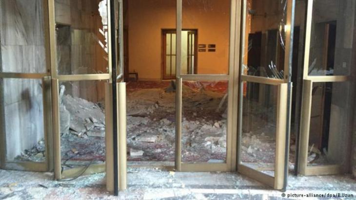 في أنقرة ظهرت بوادر الانقلاب العسكري. طائرات مروحية قصفت عدة مواقع بينها مقر البرلمان التركي، حيث اشتعلت النيران في بعض أجزائه وتدمير جزء آخر.