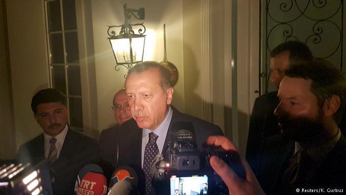 """سارع أردوغان إلى دعوة الأتراك للنزول إلى الشارع من أجل التصدي لمحاولة الانقلاب. وقال اردوغان في اتصال هاتفي مع شبكة """"سي ان ان تورك"""" """"لا أعتقد إطلاقا أن منفذي محاولة الانقلاب سينجحون""""، وتوعد بـ""""رد قوي جدا""""."""