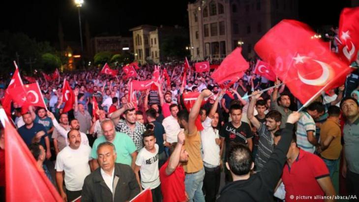تحدت الحشود أوامر الإنقلابيين بالبقاء في منازلهم وتجمعوا في الساحات الرئيسية في اسطنبول وأنقرة ولوحوا بالأعلام ورددوا الهتافات. المطالبة بالدفاع عن الديمقراطية