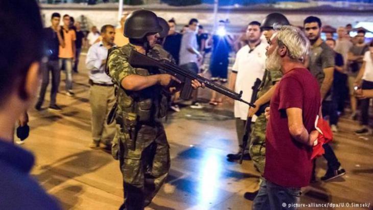 جنود الحركة الانقلابية هددوا المواطنين محاولين إجبارهم على ترك الشوارع والميادين، كما هو الحال في الصورة التي تظهر مشهدا في ميدان تقسيم وسط اسطنبول.