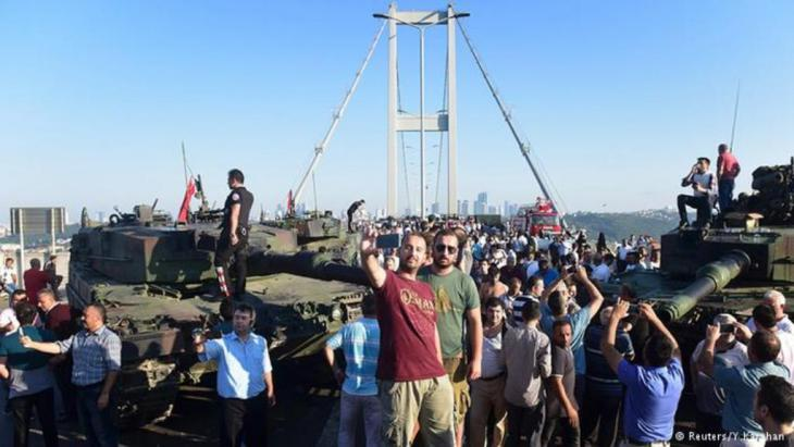 واستمر المدافعون عن الديمقراطية في تركيا في احتجاجاتهم طوال الليل وأعلنوا أنهم سيواصلون تواجدهم في شوارع البلاد طيلة نهار السبت حتى لإفشال العملية الانقلابية. في الصورة محتجون يعتصمون على جسر فوق مضيف البوسفور في اسطنبول.