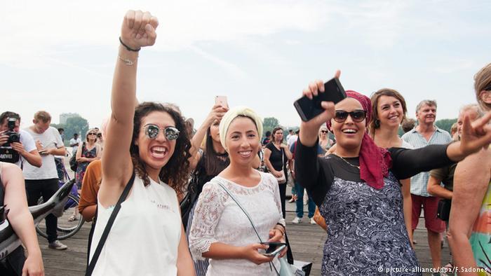 """حفل الشاطئ شكل أيضا تحركا ضد تصريح لعمدة مدينة أنتفيربن الذي سبق وأن قال بأن النساء المحجبات """"حاملات خيم""""، كما روجت صحيفة """"غازيت أنتفيربن""""."""