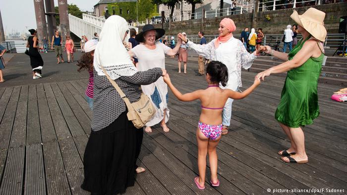 الإسلام هو بعد المسيحية ثاني ديانة في بلجيكا. وغالبية المسلمين هم من المهاجرين أو أحفادهم. وإشارات الوحدة مثل هنا نادرة في بلجيكا التي تعاني من الفرقة بين منطقتي الفلام والفالون.