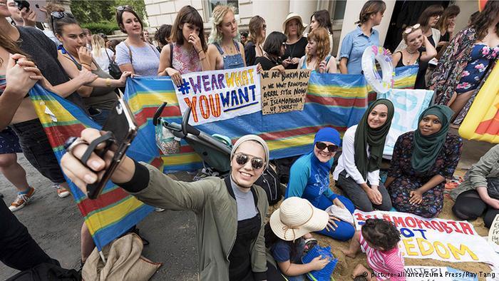 """وحتى في لندن وبرلين أقيمت تظاهرات تحت شعار:""""البس ما شئت"""". وأمام السفارة الفرنسية في لندن كدس الناشطون كميات من الرمل ونظموا حفلا شاطئيا."""