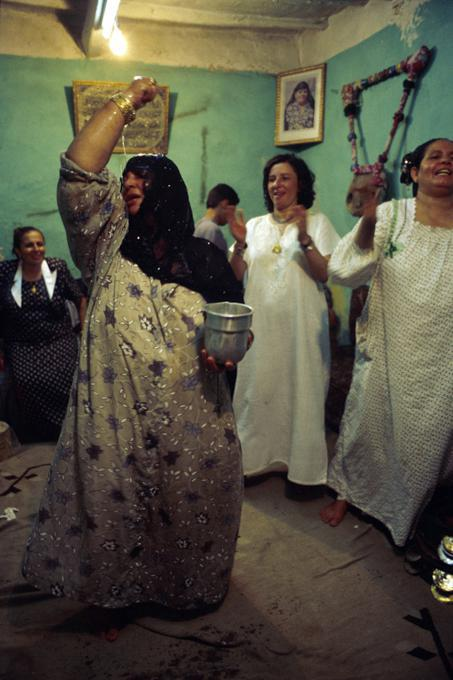 طقوس الزار في مصر...جن وقرابين وأرواح ممسوسة ورقص على أغاني حب وإيقاعات دينية