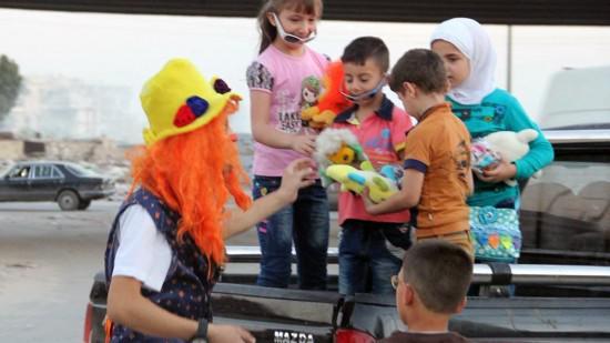 صانع الضحكة الأخيرة في حلب: أنس الباشا أراد تقليل خوف الأطفال أو تبديد خشيتهم من أي قصف يبدد أحلامهم.