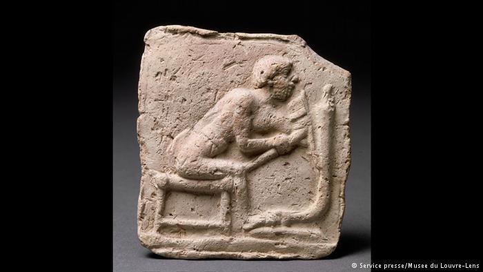 العجلة الأولى: اكتشف وتطور هذا الإختراع الهام في بلاد الرافدين أيضاً. يصور التمثال نجاراً يصنع عجلة. كما ظهرت العديد من الحرف اليدوية كالغزل والنسيج. بالإضافة إلى اكتشاف السيراميك والمعادن وحتى الزجاج.