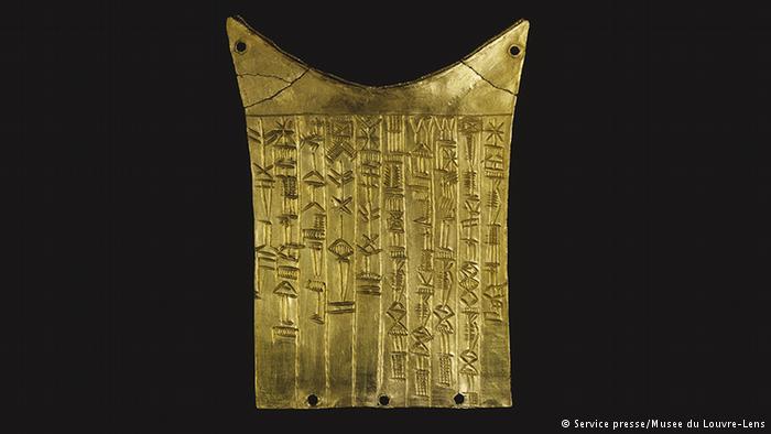 الكتابة الأولى: تبدو هذه الصورة للوهلة الأولى كنقش جميل من الخطوط والنجوم، إلا أنها في الواقع مثال عن أقدم نظام كتابة في التاريخ، وهي الكتابة المسمارية التي يرجع تاريخها إلى نحو 6000 عام ق.م، في بدايات حضارة بلاد الرافدين. أدت الكتابة المسمارية إلى تطور الأبجديات الأولى لما يقارب 12 لغة مختلفة.