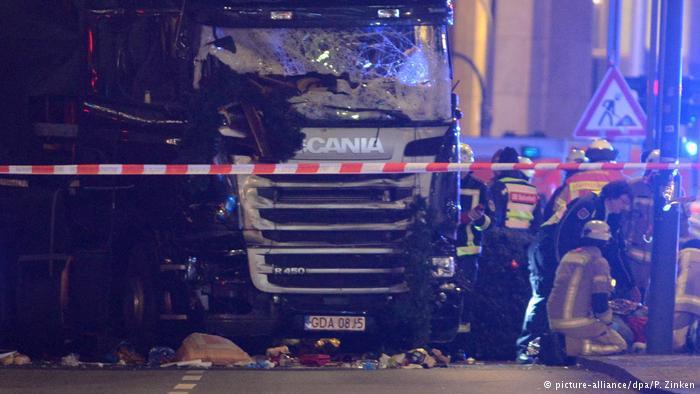 قُتِلَ 12 شخصاً وجُرح 48 آخرون نتيجة الدهس بشاحنة في سوق لعيد الميلاد في قلب العاصمة الألمانية برلين، مساء يوم الإثنين 19 / 12 / 2016.