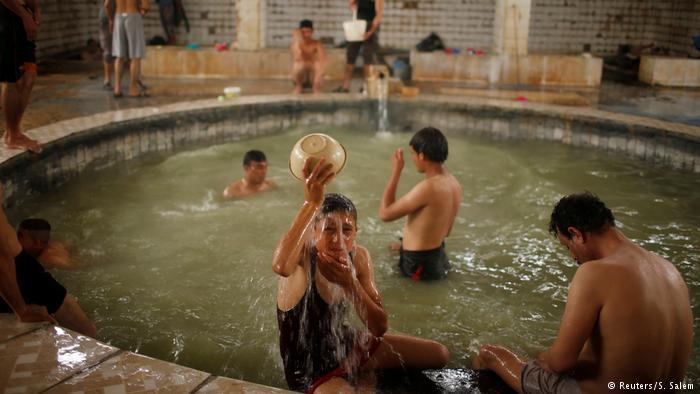 """حمام العليل جنوب الموصل في العراق نابض بالحياة مجددا بعد استعادته من """"داعش"""""""