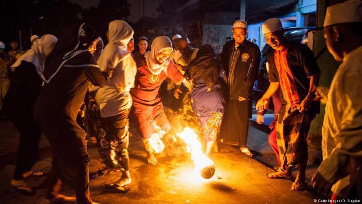 """في جاكرتا في إندونيسيا، يلعب المسلمون والمسلمات بـ """"كرة النار"""" للاحتفال بأول يوم في رمضان. Getty Images"""