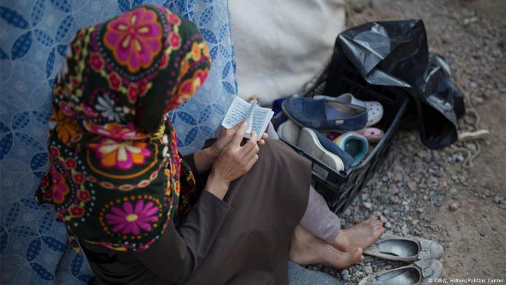رمضان في مخيم اللاجئين: فريدة...لاجئة أفغانية تقرأ القرآن في مخيم للاجئين في اليونان. DW