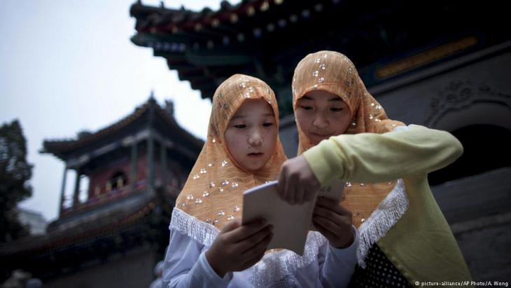 فتاتان مسلمتان عند أحد مساجد الصين في بكين. picture alliance