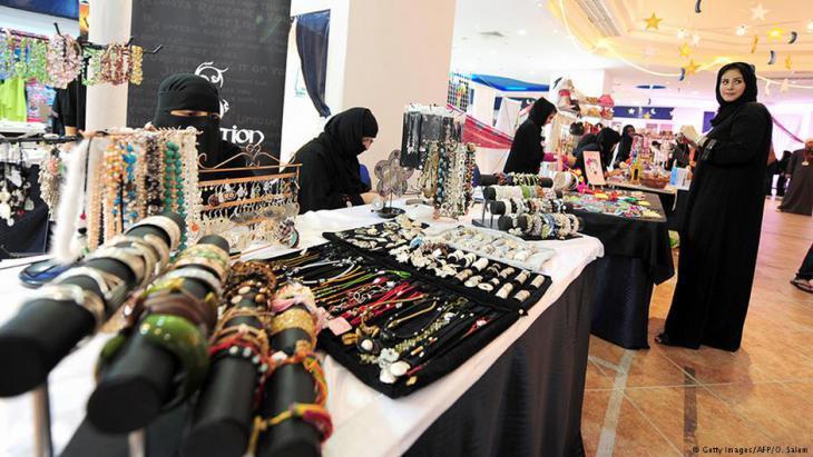 نساء في السعودية يبعنَ زينة مصنوعة باليد في أحد أسواق رمضان.