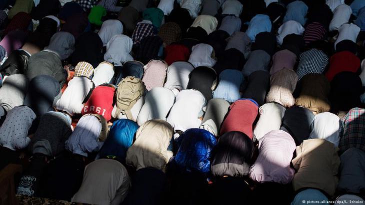 مسلمون يصلون صلاة العيد في قاعة هامبورغ الرياضية شمالي ألمانيا.
