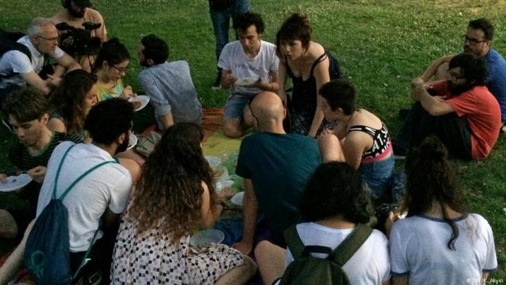 إفطار نظمته في اسطنبول منظمة لمثليي الجنس ومثليات الجنس ومزدوجي التوجه الجنسي ومتحولي الجنس. رمضان شهر التجمع. وفيه يتم دعوة غير المسلمين للإفطار أيضاً.