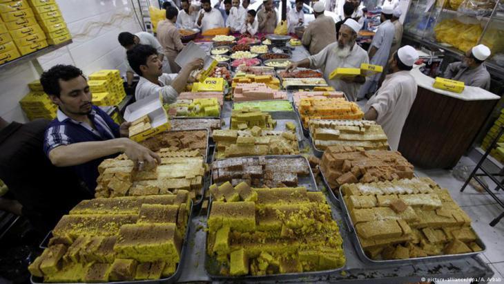 محل حلويات في باكستان: في نهاية رمضان يوجد عيد الفطر ويستمر ثلاثة أيام.