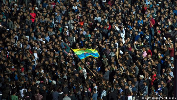 Marokko | Proteste in Rabat (Getty Images/AFP/F. Senna) موازاة مع المسيرات التي شهدتها منطقة الريف بشمال البلاد، منذ سبعة أشهر احتجاجا على التهميش والفقر والفساد، نُظمت احتجاجات في عدة مدن مغربية للتضامن مع مطالب المحتجين وإطلاق سراح الزفزافي.
