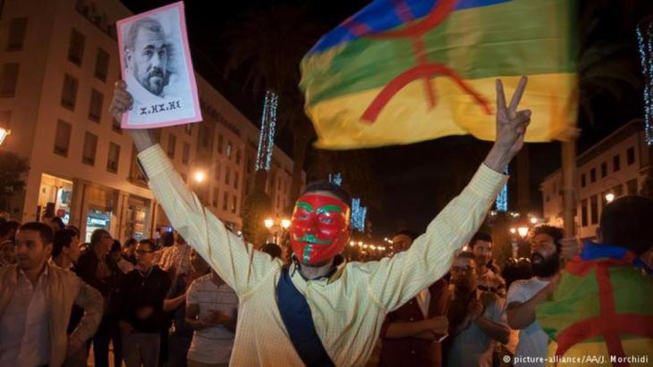 """""""حراك الريف"""" بين حرب الرموز والرايات: لم ينج الحراك من الاتهامات وخصوصا تهمة السعي للانفصال عن المغرب. فقد استُغلت مشاهد للمتظاهرين وهم يرفعون علم الأمازيغ وراية """"جمهورية الريف"""" لإعطاء الحراك صبغة سياسية وليست اجتماعية ومطلبية."""