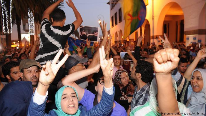 تظاهر آلاف المغاربة في عدة مدن مغربية منددين بقتل بائع السمك محسن فكري سحقا في شاحنة نفايات ومطالبين بمحاسبة المسؤولين عن مقتله.