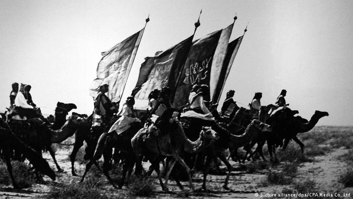 تركيا والسعودية...علاقة مد وجزر مديدة. الصورة: مقاتلون موالون لـِ ابن سعود وهم راكبون الجمال في أوائل القرن العشرين.