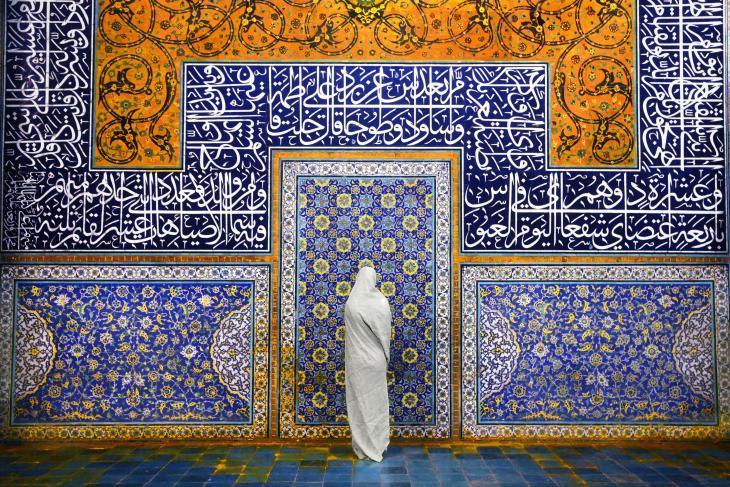 امرأة تقف في مسجد الشيخ لطف الله في إصفهان، إيران. والمسجد تحفة معمارية حقيقية. بُنِي بين عامي 1602 و 1619 خلال فترة الإمبراطورية الصفوية. وتخطف التفاصيل الزخرفية الأنفاس.