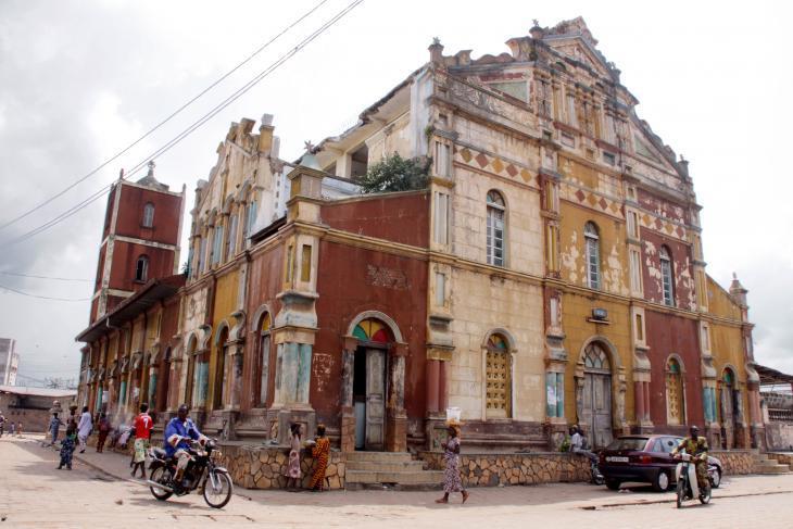 يعود تاريخ المسجد الكبير في بورتو نوفو، عاصمة بينين، إلى القرن التاسع عشر. تأثر نمطه بالعبيد المسلمين السابقين الذين عادوا من البرازيل مع تأثيرات برازيلية. يطابق معماره الخارجي تقريباً كنائس (مدينة) سان سلفادور دي باهيا.