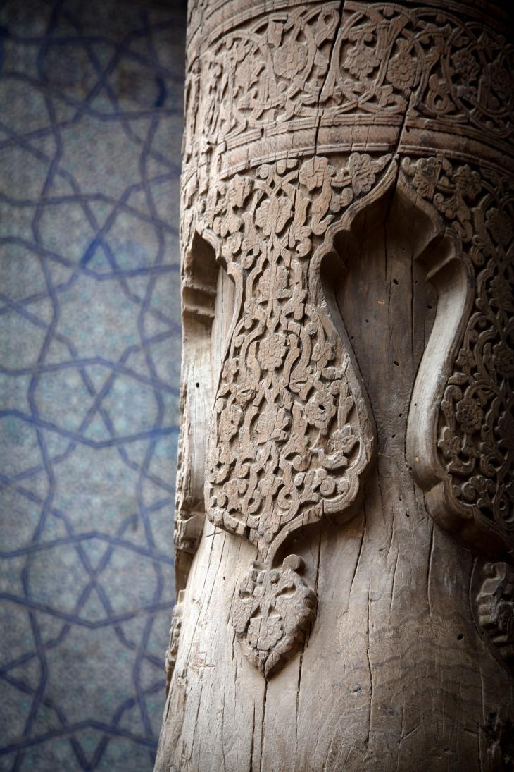 """دعامة خشبية داخل """"خونا أرك (أرك بمعنى حصن أو سفينة)""""، حصن ومقر سكن سابق لحكام (مدينة) خيوة في أوزباكستان. وهو موقع ينبغي مشاهدته يقع على طريق الحرير الأسطوري."""