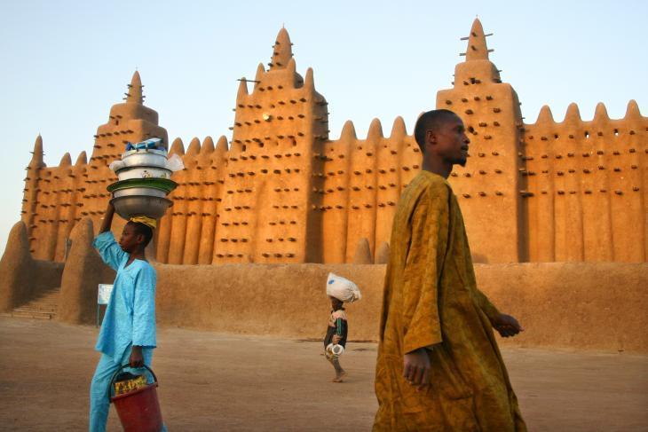 """""""جينيه"""" هي بلا أشك أجمل مدينة في مالي. أدرجت اليونسكو جامعها المثير للإعجاب، المصنوع من الطوب الطيني والمعروف حول العالم، على قائمتها كموقع تراثي عالمي."""