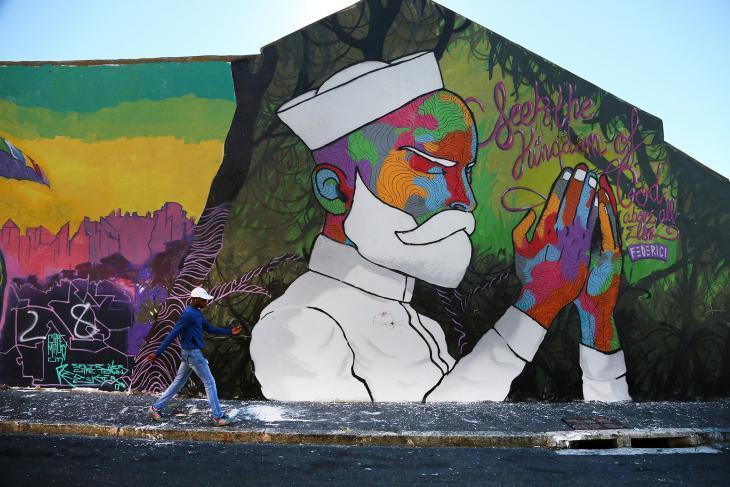 """تشتهر منطقة """"ودستوك"""" في (مدينة) كيب تاون، جنوب أفريقيا، بكونها منفتحة وواحدة من أفضل مواقع فن الشارع في جنوب أفريقيا. هنا، تضيئ لوحة جدارية بكل ألوانها وزُهوّها في حي متعدد الثقافات."""