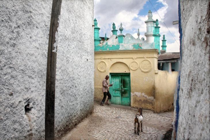 (مدينة) هرر في إثيوبيا، والمُدرجة على قائمة اليونسكو للتراث العالمي منذ عام 2006، هي مدينة فريدة. ومع أضرحتها الـ 102 وما يقارب من الـ 100 جامع، والذي يعود تاريخ بعضها إلى القرن العاشر، تُعتبر هرر من قبل البعض رابع مدينة مقدّسة للإسلام.