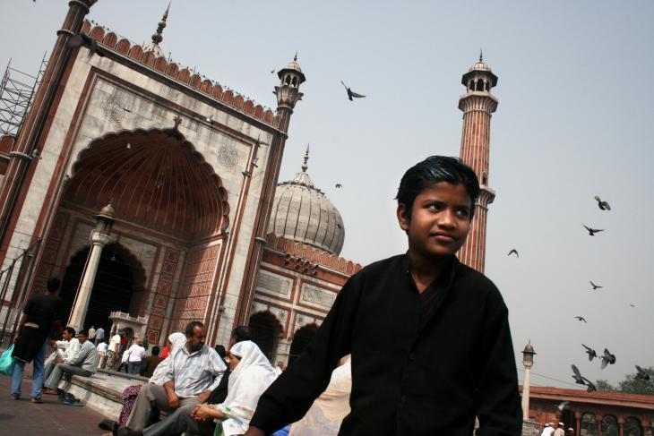 مسجد جاما (أو المسجد الجامع) المثير للإعجاب في نيودلهي، هو أكبر مسجد في الهند. يمكنه أن يستوعب 25 ألف شخص. بُنِي بين عامي 1644 و 1656 بتكليف من الإمبراطور المغولي شاه جهان، وهو مُغطّى بالحجر الرملي الأحمر.