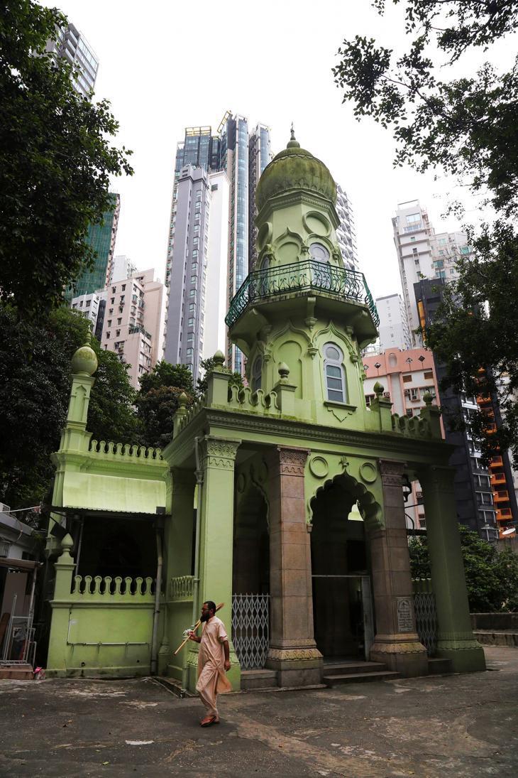جاميا، أقدم مسجد في هونغ كونغ، مُخبّأ بشكل جيد بين ناطحات السحاب في منطقة مد-ليفلز السكنية (Mid-Levels). وتضم الجالية المسلمة المتزايدة في هونغ كونغ حالياً نحو 220 ألف فرد، بمن فيهم 30 ألف مسلم صيني.